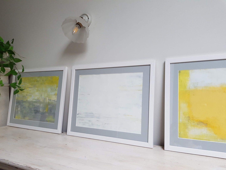 שלישיית תמונות אפור לבן צהוב
