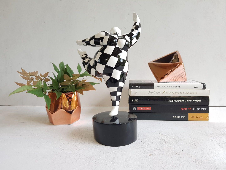 פסל רקדנית שחור לבן