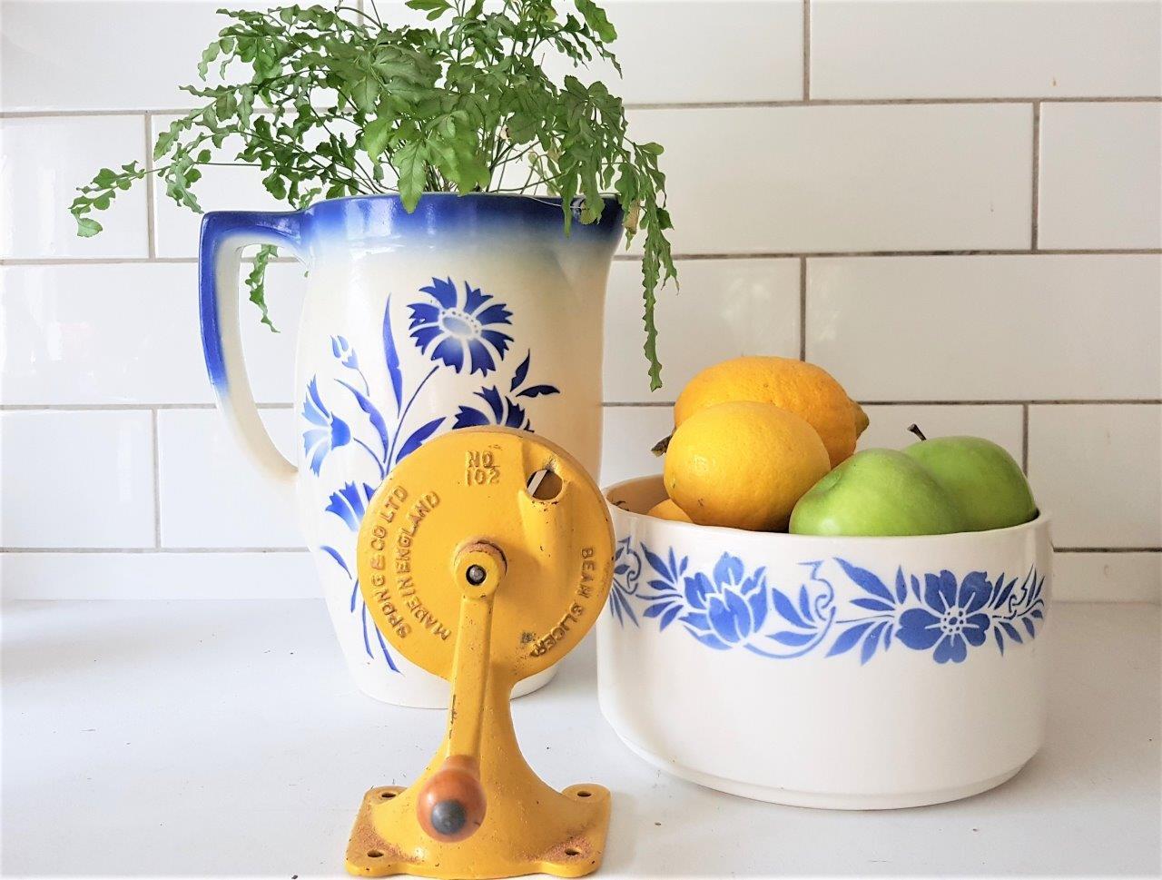כלי קרמיקה לבן עם פרחים כחולים