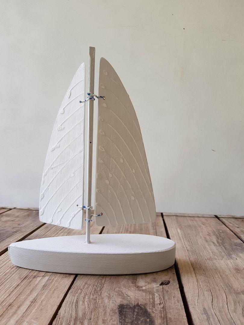 סירת עץ לבנה