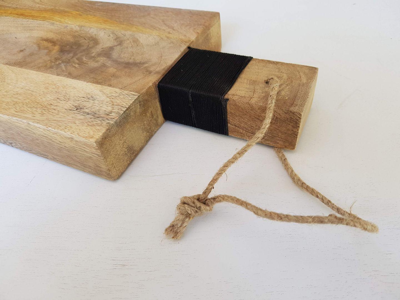 קרש עץ עם ידית שחורה